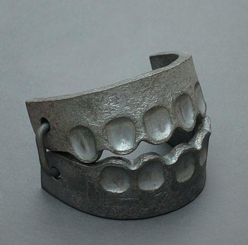 Sophie Hanagarth - Traquenard, bracelet, fer pur forgé, 2013